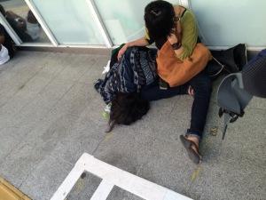 朝から新宿駅で寝てる人