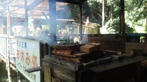 鮎を焼いている店